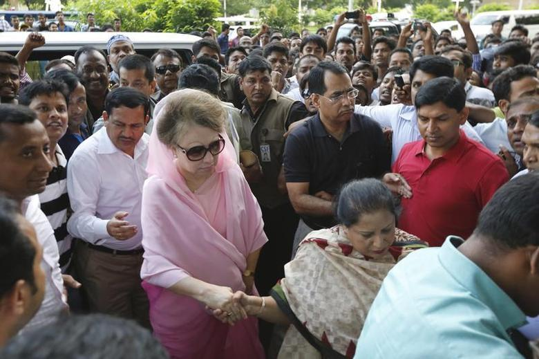 Bangladesh Nationalist Party (BNP) Chairperson Begum Khaleda Zia (in pink) arrives for a rally in Dhaka October 20, 2013. REUTERS/Andrew Biraj