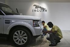 Concessionnaire Jaguar Land Rover à Bombay. Le fabricant britannique de voitures haut de gamme détenu par l'indien Tata Motors a vendu un nombre de véhicules record l'an dernier, à la faveur d'une forte hausse de la demande en provenance de pays tels que le Brésil, la Chine, l'Inde et les Etats-Unis. /Photo d'archives/REUTERS/Vivek Prakash