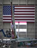 Um funcionário trabalha na seção da cauda de um Boeing 737-900 na fábrica de montagem em Renton, Washington. Uma economia norte-americana mais robusta pode dar ímpeto aos lucros em 2014 e impulsionar o gasto corporativo, dando algum conforto para investidores preocupados com preços de ações inchados. 18/10/2012 REUTERS/Andy Clark