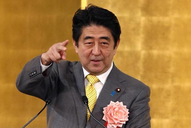 Japan's Prime Minister Shinzo Abe makes a speech at a New Year party hosted by the Japan Business Federation, Japan Association of Corporate Executives and Japan Chamber of Commerce and Industry, in Tokyo January 7, 2014. REUTERS/Toru Hanai