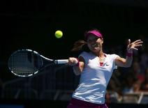 Li Na of China hits a return to Ana Konjuh of Croatia during their women's singles match at the Australian Open 2014 tennis tournament in Melbourne January 13, 2014. REUTERS/Petar Kujundzic