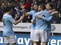 """Игроки """"Манчестер Сити"""" радуются голу, забитому в ворота """"Ньюкасла"""" в Ньюкасле 12 января 2014 года. """"Манчестер Сити"""" обыграл в гостях """"Ньюкасл"""" 2-0 и вышел на первое место в английской Премьер-лиге. REUTERS/Nigel Roddis"""