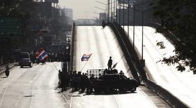 Демонстранты блокируют дорогу в Бангкоке 13 января 2014 года. Тысячи демонстрантов в Таиланде начали блокаду крупнейших перекрёстков Бангкока в стремлении парализовать столицу и усилить давление на премьер-министра Йинглак Чинават, чтобы заставить ее уйти с должности. REUTERS/Kerek Wongsa