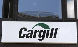 Логотип Cargill на здании компании в Женеве 4 августа 2009 года. Американская компания Cargill, один из крупнейших в мире производителей и продавцов продовольствия, купила 5,0 процента украинского аграрного холдинга Ukrlandfarming, сообщила украинская компания, не называя суммы сделки. REUTERS/Denis Balibouse