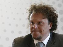 Девелопер Сергей Полонский разговаривает с журналистами в бюро Рейтер в Москве 28 апреля 2012 года. Суд Москвы арестовал активы скрывшегося в Камбодже Полонского. REUTERS/Sergei Karpukhin