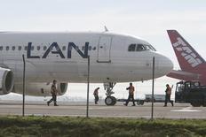 Aviões da companhia aérea Latam fotografados na pista do aeroporto internacional de Santiago, no Chile. A empresa aérea Latam Airlines informou nesta segunda-feira que o tráfego total de passageiros diminuiu 1,8 por cento em dezembro na comparação com o mesmo mês de 2012. 22/06/2012. REUTERS/Carlos Vera