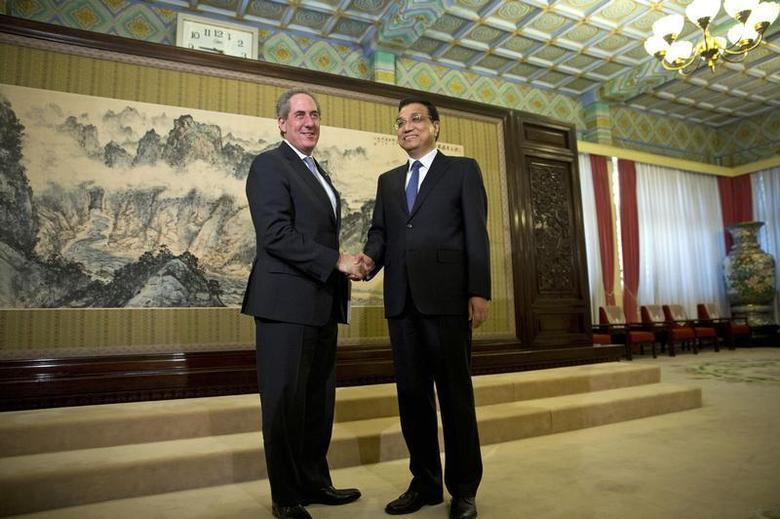 China's Premier Li Keqiang (R) shakes hands with U.S. Trade Representative Michael Froman (L) before their meeting at the Hall of Purple Light inside the Zhongnanhai Leadership Compound in Beijing, December 19, 2013. REUTERS/Alexander F. Yuan/Pool