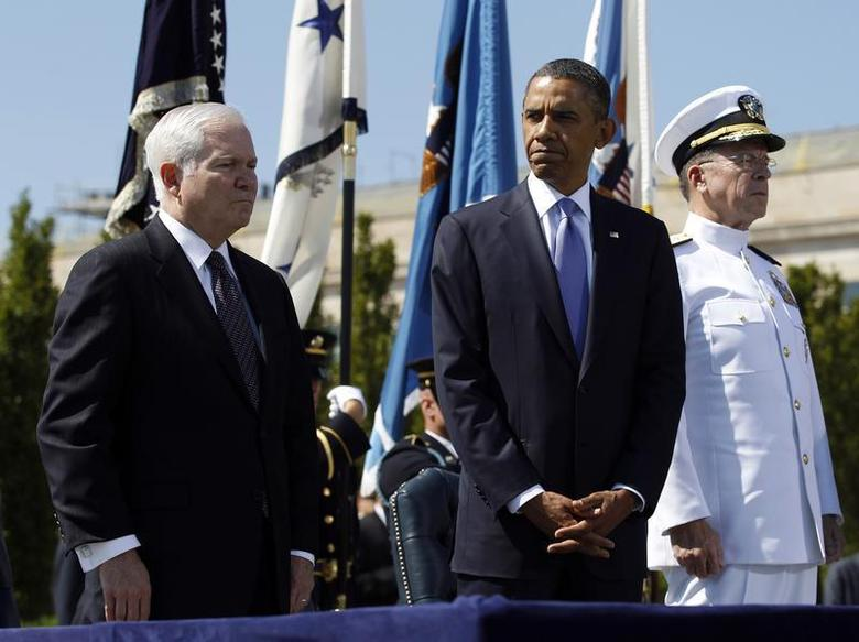 U.S. President Barack Obama (C) particpates in a farewell ceremony for retiring U.S. Defense Secretary Robert Gates (L) alongside Chairman of the Joint Chiefs of Staff Admiral Mike Mullen (R) at the Pentagon near Washington, June 30, 2011. REUTERS/Jason Reed