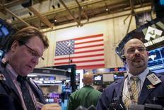 """Wall Street a terminé en nette baisse lundi, les investisseurs restant sur la défensive avant la déferlante des résultats de sociétés, précédée d'une accumulation de """"profit warnings"""". L'indice Dow Jones a perdu 1,09%, tandis que le S&P-500 a cédé 1,26% et que le Nasdaq Composite a lâché 1,47%. /Photo prise le 13 janvier 2014/REUTERS/Brendan McDermid"""