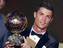 O português Cristiano Ronaldo recebe a Bola de Ouro de melhor jogador de futebol do mundo pela segunda vez, em Zurique, na Suíça, nesta segunda-feira. 13/01/2014 REUTERS/Arnd Wiegmann