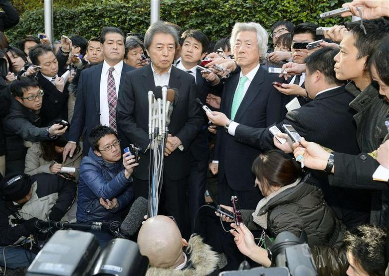Former Japanese prime ministers Junichiro Koizumi (front R) and Morihiro Hosokawa (front L) are surrounded by the media after their meeting in Tokyo, in this photo taken by Kyodo January 14, 2014. REUTERS/Kyodo