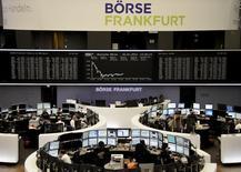Трейдеры на торгах фондовой биржи во Франкфурте-на-Майне 2 января 2014 года. Европейские фондовые рынки снижаются вслед за Уолл-стрит в связи со слабыми квартальными отчетами и прогнозами нескольких компаний. REUTERS/Remote/Stringer
