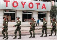 Китайские солдаты проходят мимо магазина автозапчастей в Пекине 15 сентября 1996 года. Председатель КНР Си Цзиньпин приказал военным отдавать предпочтение китайским маркам при выборе транспортных средств, продолжая кампанию сокращения расходов и использования товаров отечественного производства, сообщили официальные СМИ. Председатель КНР Си Цзиньпин приказал военным отдавать предпочтение китайским маркам при выборе транспортных средств, продолжая кампанию сокращения расходов и использования товаров отечественного производства, сообщили официальные СМИ. REUTERS/ Will Burgess