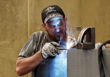 A worker welds in a factory in Gravellona Lomellina, 45km (27 miles) southwest of Milan, June 11, 2013. A produção industrial da zona do euro cresceu muito mais que o esperado em novembro, sinalizando ímpeto mais forte por trás da recuperação econômica do bloco no último trimestre de 2013. 11/06/2013 REUTERS/Stefano Rellandini