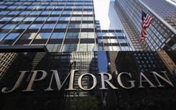 JPMorgan Chase publie un bénéfice trimestriel en baisse de 7,3%. La première banque américaine par l'actif a dû s'acquitter d'une amende pour n'avoir pas fait état de soupçons d'escroquerie de la part du client Bernie Madoff, au coeur d'un scandale mémorable de pyramide de Ponzi. /Photo prise le 19 septembre 2013/REUTERS/Mike Segar