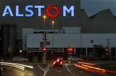Alors que le CAC 40 recule de 0,4% à 4.245 points vers 13h00, Alstom gagne 3,86%. Le groupe doit recevoir cette semaine des offres préliminaires de rachat pour des unités d'échangeurs de chaleur dans le cadre d'une opération qui pourrait atteindre 650 millions d'euros. /Photo d'archives/ REUTERS/Arnd Wiegmann
