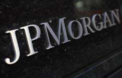 Вывеска у здания JP Morgan Chase & Co в Нью-Йорке 19 сентября 2013 года. Квартальная прибыль JPMorgan Chase & Co снизилась на 7,3 процента после того, как крупнейший американский банк по размеру активов выплатил штрафы правительству за то, что не сообщил о подозрениях в отношении мошенничества Бернарда Мэдоффа. REUTERS/Mike Segar