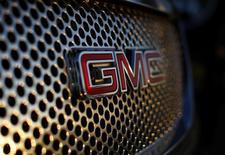 Логотип General Motor на радиаторной решетке автомобиля в Карлсбаде, Калифорния 4 января 2012 года. Глобальные продажи крупнейшего автопроизводителя США General Motors Co выросли на 4 процента в 2013 году благодаря сильному спросу в США и Китае. REUTERS/Mike Blake
