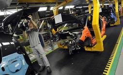 Ligne d'assemblage de la Citroën C3 Picasso à Trnava. PSA Peugeot Citroën a annoncé mardi avoir produit 248.405 voitures à son usine de Slovaquie en 2013, un chiffre record qui représente une hausse de 15,5%. /Photo d'archives/REUTERS/Radovan Stoklasa