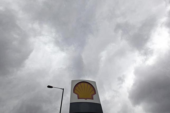 A Shell logo is seen at a petrol station in London May 15, 2013. REUTERS/Stefan Wermuth
