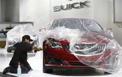 Le modèle Buick Regal sur le stand de General Motors au salon de l'automobile de Detroit. Les ventes mondiales de General Motors ont augmenté de 4% en 2013, à la faveur d'une forte demande en Chine et aux Etats-Unis, les deux premiers marchés pour les ventes de voitures dans le monde. /Photo prise le 11 janvier 2014/REUTERS/Rebecca Cook