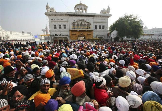 Devotees throng the holy Sikh shrine of Golden Temple to offer prayers for the New Year, in the northern Indian city of Amritsar January 1, 2014. REUTERS/Munish Sharma