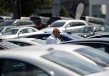 Um comprador em potencial olha veículos em um lote em Silver Spring, Maryland. Os estoques empresariais dos Estados Unidos aumentaram em novembro, sugerindo que sua reposição será um impulso ao crescimento econômico no quarto trimestre, em vez de ser um peso, como se temia anteriormente. 01/09/2009 REUTERS/Jason Reed