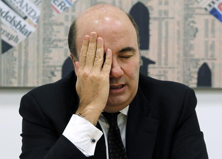 Banca Monte Paschi di Siena CEO Fabrizio Viola wipes his face as he speaks during a news conference in downtown Milan January 28, 2013. REUTERS/Alessandro Garofalo