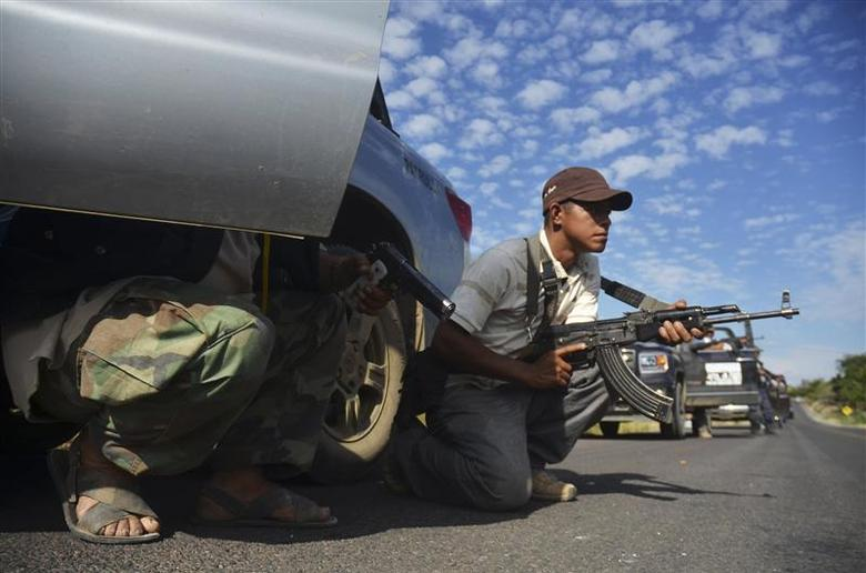 Vigilantes stand guard after hearing rumours on a possible ambush in Tierra Caliente January 10, 2014. REUTERS/Alan Ortega
