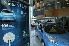 Nissan a augmenté de près de 50% à 3.000 unités le niveau de production de la Leaf, sa voiture électrique, aux Etats-Unis, pour répondre à une forte hausse de la demande. /Photo prise le 3 juin 2013/REUTERS/Gary Cameron