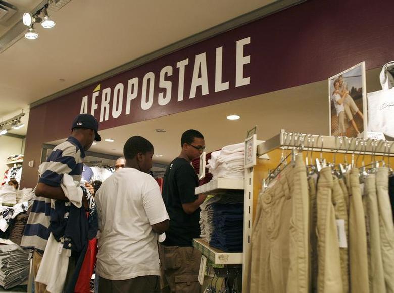 Customers wait in line at an Aeropostale store in New York August 20, 2009. REUTERS/Brendan McDermid
