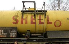 Логотип Shell на старой цистерне в музее железнодорожного транспорта в Наумбурге 17 марта 2012 года. Нефтяная компания Royal Dutch Shell планирует продать активы на $15 миллиардов в течение двух лет, включая несколько месторождений в Северном море, сообщила газета Financial Times со ссылкой на источник, близкий к компании. REUTERS/Arnd Wiegmann