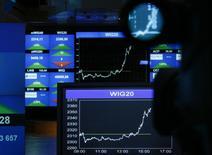 Экран с котировками на бирже в Варшаве 29 августа 2011 года. Всемирный банк во вторник повысил прогноз мирового роста впервые за три года, так как развитые экономики начали наращивать обороты вслед за Соединенными Штатами. REUTERS/Kacper Pempel