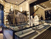 Burberry affiche une hausse de 14% de ses revenus tirés des ventes au détail pendant le trimestre contenant la cruciale période des fêtes de fin d'année, ce qui n'a pas empêché le groupe de luxe britannique de mettre en garde contre un possible effet de change négatif au second semestre. /Photo prise le 29 novembre 2013/REUTERS/Kim Kyung-Hoon