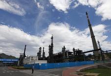 Охранник у НПЗ Yanshan компании Sinopec Corp. в Пекине 31 мая 2011 года. Потребление нефти в Китае будет расти быстрее в 2014 году за счет запуска новых НПЗ, прогнозирует крупнейшая нефтяная компания Китая China National Petroleum Corporation (CNPC). REUTERS/Petar Kujundzic