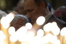 Presidente russo, Vladimir Putin, durante missa pelo Natal Ortodoxo, em igreja na cidade de Sochi. Três membros das forças de segurança da Rússia e quatro suspeitos armados foram mortos em uma troca de tiros no sul da Rússia nesta quarta-feira, durante uma operação de caça a militantes antes dos Jogos Olímpicos de Inverno em Sochi. 7/01/2014. REUTERS/Maxim Shemetov