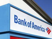 """Вывеска Bank of America в Энсинитас, Калифорния 14 февраля 2014 года. Прибыль Bank of America Corp подскочила в восемь раз в четвертом квартале 2013 года благодаря резкому сокращению резервов на покрытие убытков от """"плохих"""" кредитов. REUTERS/Mike Blake"""