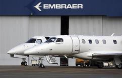 Jets privados de Embraer en Sao Jose dos Campos, mayo 14, 2013. Embraer SA, el mayor fabricante mundial de aviones regionales, cumplió con sus metas de entregas para sus segmentos comerciales y ejecutivos el año pasado tras un fuerte aumento de las ventas en el cuarto trimestre. REUTERS/Nacho Doce