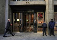 Policiais de Nova York fotografado em frente à entrada de um escritório do Deutshce Bank, no distrito finaceiro de Nova York. O Deutsche Bank, maior banco da Alemanha, suspendeu vários operadores de câmbio em Nova York em um uma investigação interna que faz parte de um inquérito internacional sobre uma suposta manipulação do mercado cambial global, disse uma fonte familiarizada com o assunto nesta quarta-feira. 8/12/2011. REUTERS/Brendan McDermid