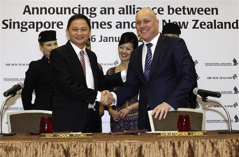 Singapore Airlines' Chief Executive Officer (CEO) Goh Choon Phong (front L) shakes hands with Air New Zealand's CEO Christopher Luxon after signing an agreement at a hotel in Singapore January 16, 2014. REUTERS/Edgar Su