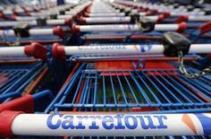 Carrefour est à suivre à la Bourse de Paris. Le groupe de distribution a maintenu sa dynamique de croissance organique au quatrième trimestre 2013, marqué par un léger tassement de la croissance en France et au Brésil mais par un redressement de ses ventes en Espagne, son troisième marché. /Photo prise le 8 juillet 2013/REUTERS/Régis Duvignau