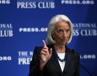Глава МВФ Кристин Лагард выступает в Вашингтоне 15 января 2014 года. Международный валютный фонд ожидает ускорения мирового роста в этом году, однако дефляция - это растущая угроза, пока экономический рост остается ниже того, что регуляторы считают оптимальным, сказала глава МВФ. REUTERS/Gary Cameron