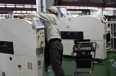 Les commandes de machines-outils ont atteint en valeur un pic de plus de cinq ans en novembre, signe que les entreprises sont prêtes à augmenter les investissements et les salaires, une évolution qui irait dans le sens de la volonté du Premier ministre Shinzo Abe de dynamiser la troisième économie mondiale. /Photo prise le 19 avril 2013/REUTERS/Reiji Murai