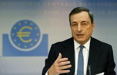Presidente do BCE, Mario Draghi, em entrevista mensal do banco à imprensa em Frankfurt, 7 de novembro de 2013. A inflação da zona do euro desacelerou em dezembro, confirmou a agência de estatísticas da União Europeia nesta quinta-feira, o que o Banco Central Europeu (BCE) atribuiu na semana passada a uma mudança pontual no método de cálculo do avanço dos preços na Alemanha. 07/11/2013 REUTERS/Ralph Orlowski