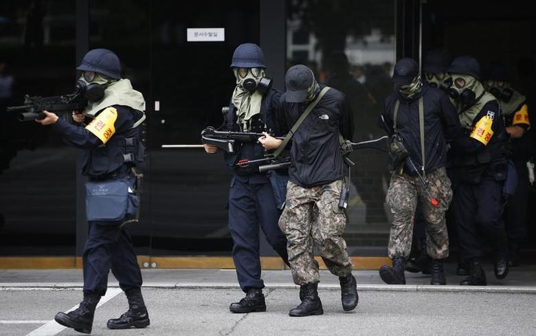 South Korean police take part in an anti-terror drill in Seoul August 21, 2013. REUTERS/Kim Hong-Ji