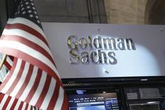 Logo de Goldman Sachs en la Bolsa de Nueva York, jul 16, 2013. El banco estadounidense Goldman Sachs informó el jueves una caída de un 21 por ciento en sus ganancias trimestrales debido a un descenso en sus ingresos por intermediación de instrumentos de renta fija. REUTERS/Brendan McDermid
