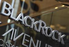 Логотип BlackRock у офиса компании в Нью-Йорке 18 января 2012 года. Прибыль BlackRock Inc, крупнейшего в мире денежного управляющего, выросла в четвертом квартале сильнее, чем ожидалось, благодаря укреплению рынков и притоку новых денег в его биржевые индексные фонды. REUTERS/Shannon Stapleton