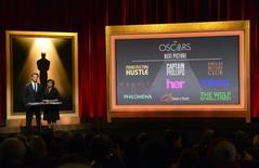 O atores Chris Hemsworth e a presidente da Academia de Artes e Ciências Cinematográficas de Hollywood, Cheryl Boone Isaacs, durante anuncio dos indicados ao Oscar, nesta quinta-feira, em Los Angeles. 16/01/2014 REUTERS/Phil McCarten