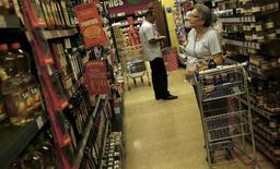 Consumidores olham os preços em um supermercado em São Paulo. As vendas no comércio varejista brasileiro cresceram 0,7 por cento em novembro sobre o mês anterior, marcando o nono mês seguido de ganhos e recuperando um pouco de fôlego num resultado acima do esperado. 10/01/2014 REUTERS/Nacho Doce