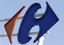Logotipo da Carrefour fotografado na entrada de um hipermercado da companhia em Brive-La-Gaillarde, na região central da França. O Carrefour disse que as vendas na Espanha voltaram a crescer no quarto trimestre pela primeira vez desde 2008, enquanto os hipermercados franceses também melhoraram embora a um ritmo mais lento do que no trimestre anterior. 8/07/2013. REUTERS/Regis Duvignau